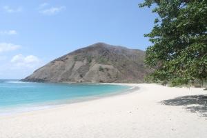 Pantai berpasir putih yang terletak di kabupaten lombok tengah, NTB